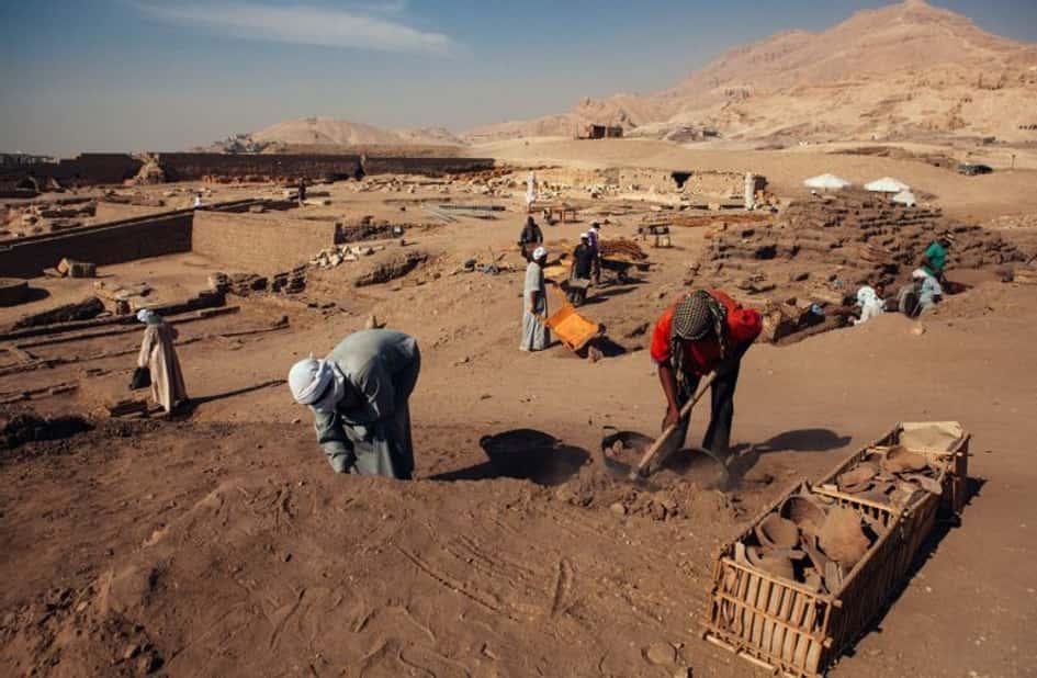 Des Ouvriers Tombent Accidentellement Sur Une Tombe Égyptienne Restée Intacte